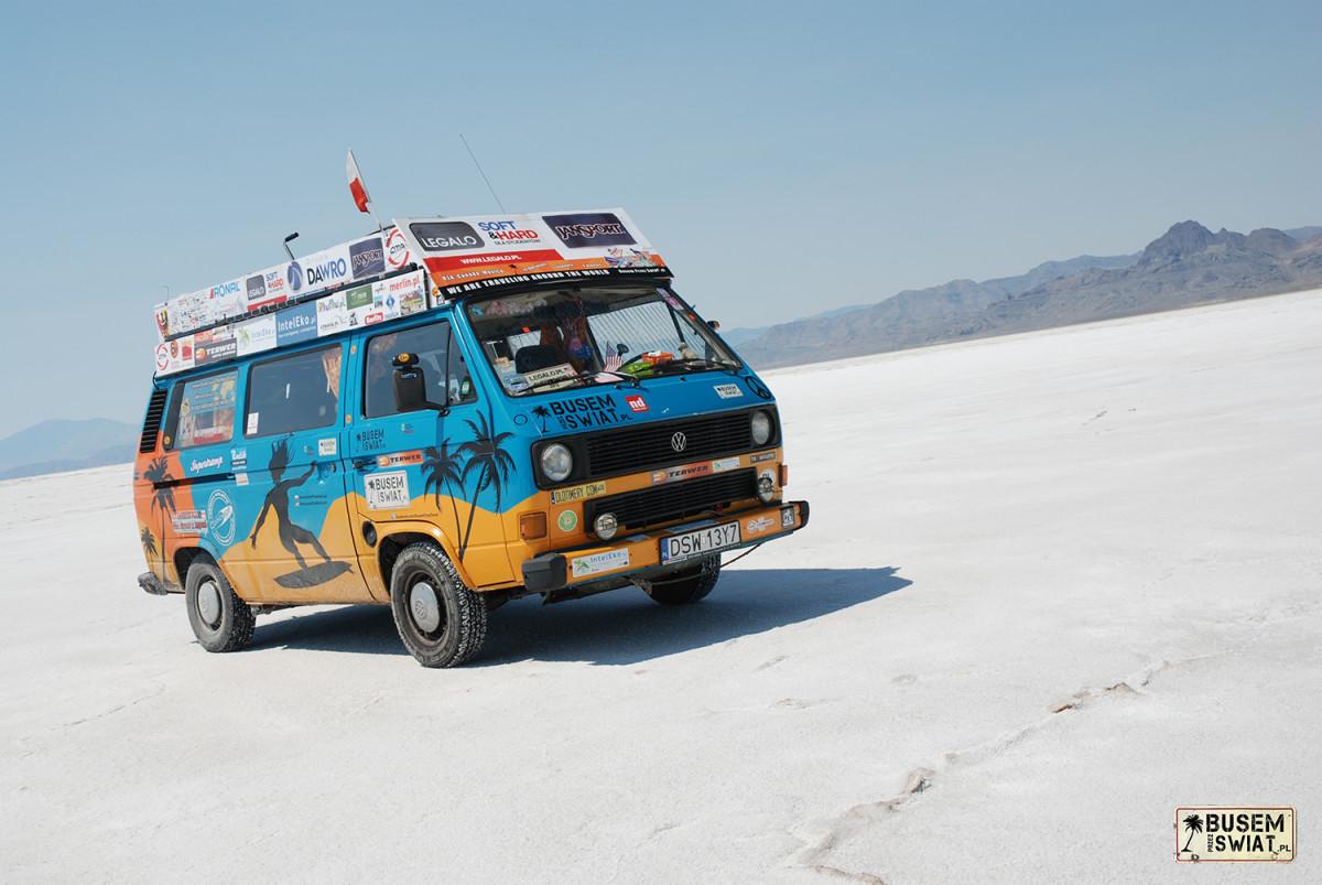 Nasz bus Supertramp na słonej pustynii