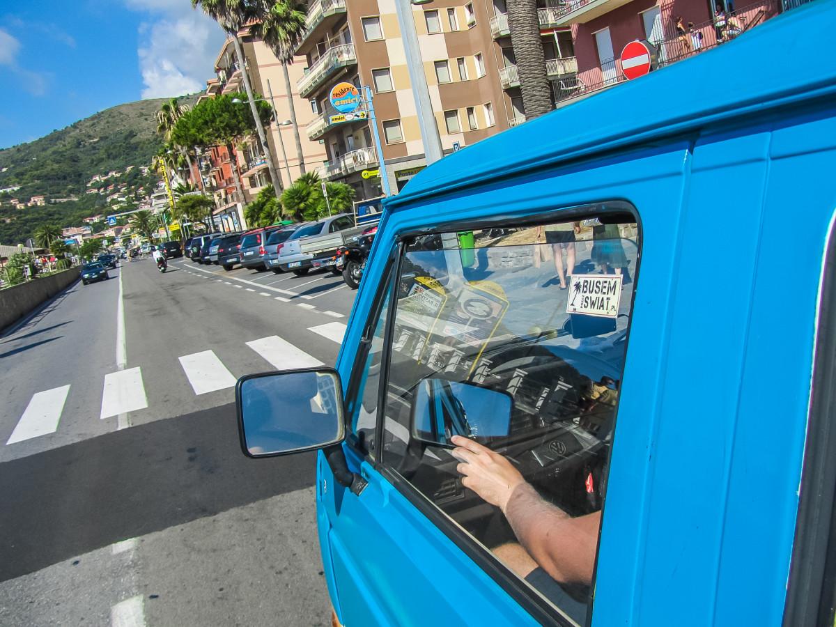Jeżdżąc ulicami Monako można poczuć się jak kierowca rajdowy - raz do roku ulice zamieniają się w tor Formuły 1