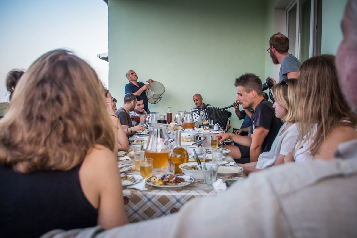 Sighnaghi gruzja supra tamada winnice kachetnia uczta kolacja klarnet zespół śpiewy pieśni