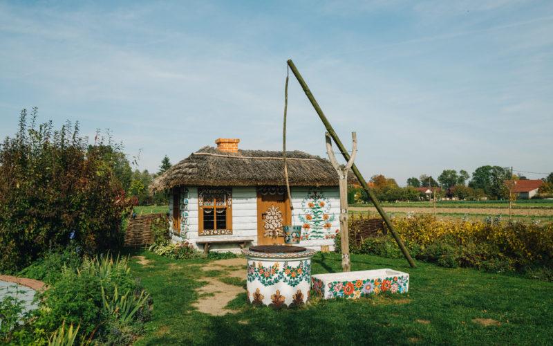 Taką malowaną chatkę-atrapę znajdziemy tuż pod Domem Malarek