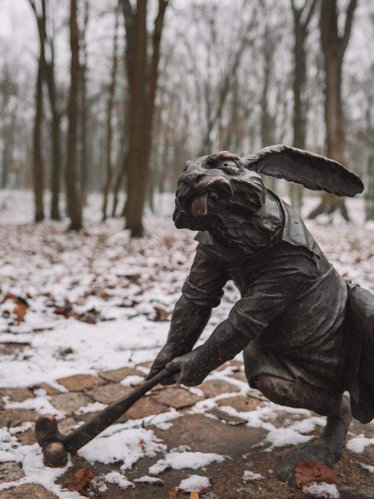 Gniezno trakt królewski rzeźby królików