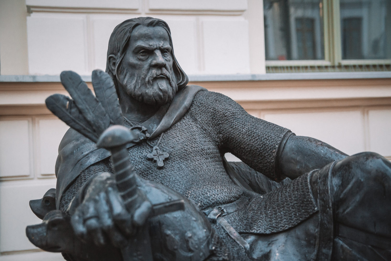 Rzeźby królów robią olbrzymie wrażenie. Nie są to nudne pomniki, obok których przechodzi się obojętnie. To dzieła sztuki, które przyciągają uwagę i budzą emocje.