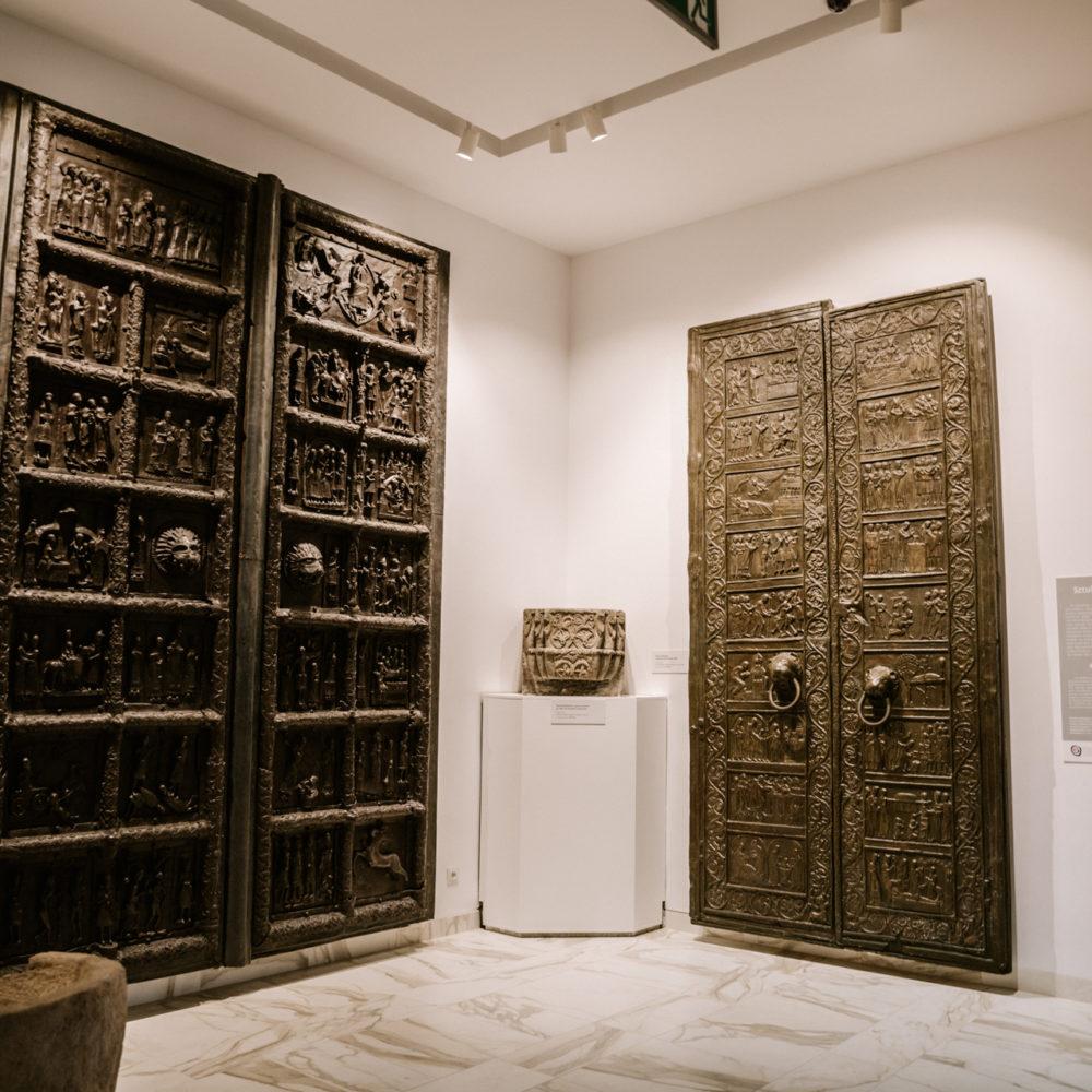 Drzwi Gnieźnieńskie (po prawej) - zdjęcie rekonstrukcji z Muzeum (przy oryginalnych drzwiach jest zakaz robienia zdjęć)