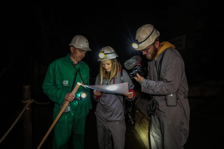 Ola prowadzi nas przez kopalnię za pomocą mapy. Fot. Rafał Stachurski
