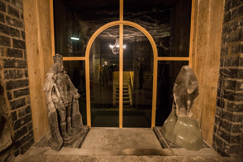 Po prawej oryginalna rzeźba, zniszczona przez wilgoć i czas. Po lewej rekonstrukcja (też z soli)
