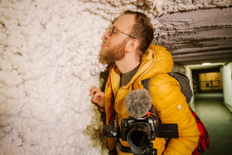 """Na szarych solny ścianach tworzą się białe solne """"kalafiory"""""""