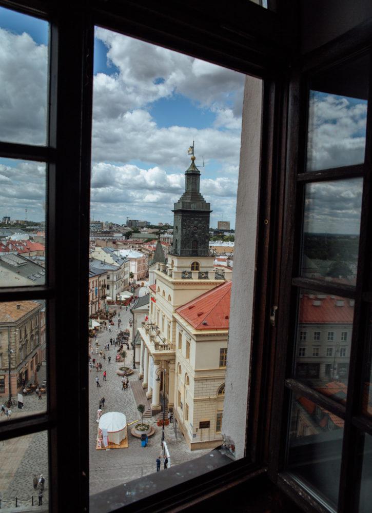 Widok na ratusz i balkon, na którym o 12:00 pojawia się hejnalista