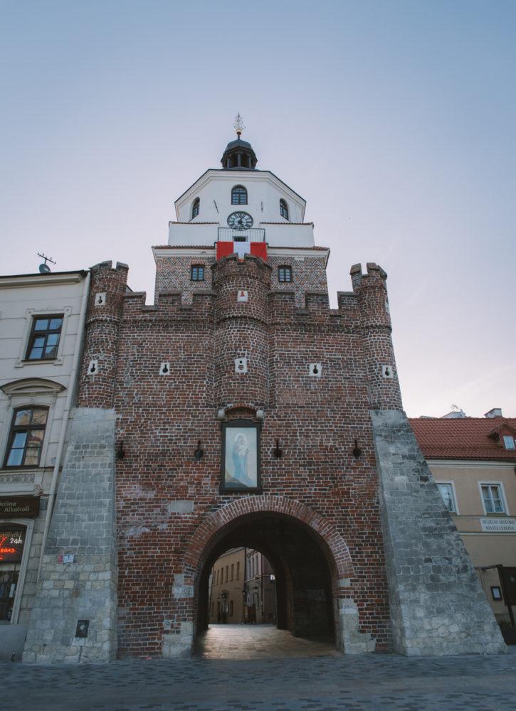 Tak wygląda Brama Krakowska z zewnątrz. Wejście do Muzeum jest po prawej, za rogiem