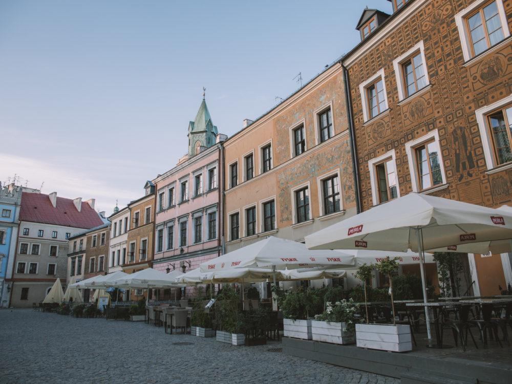 Kamienica z Czarcią Łapą to ta pierwsza po prawej