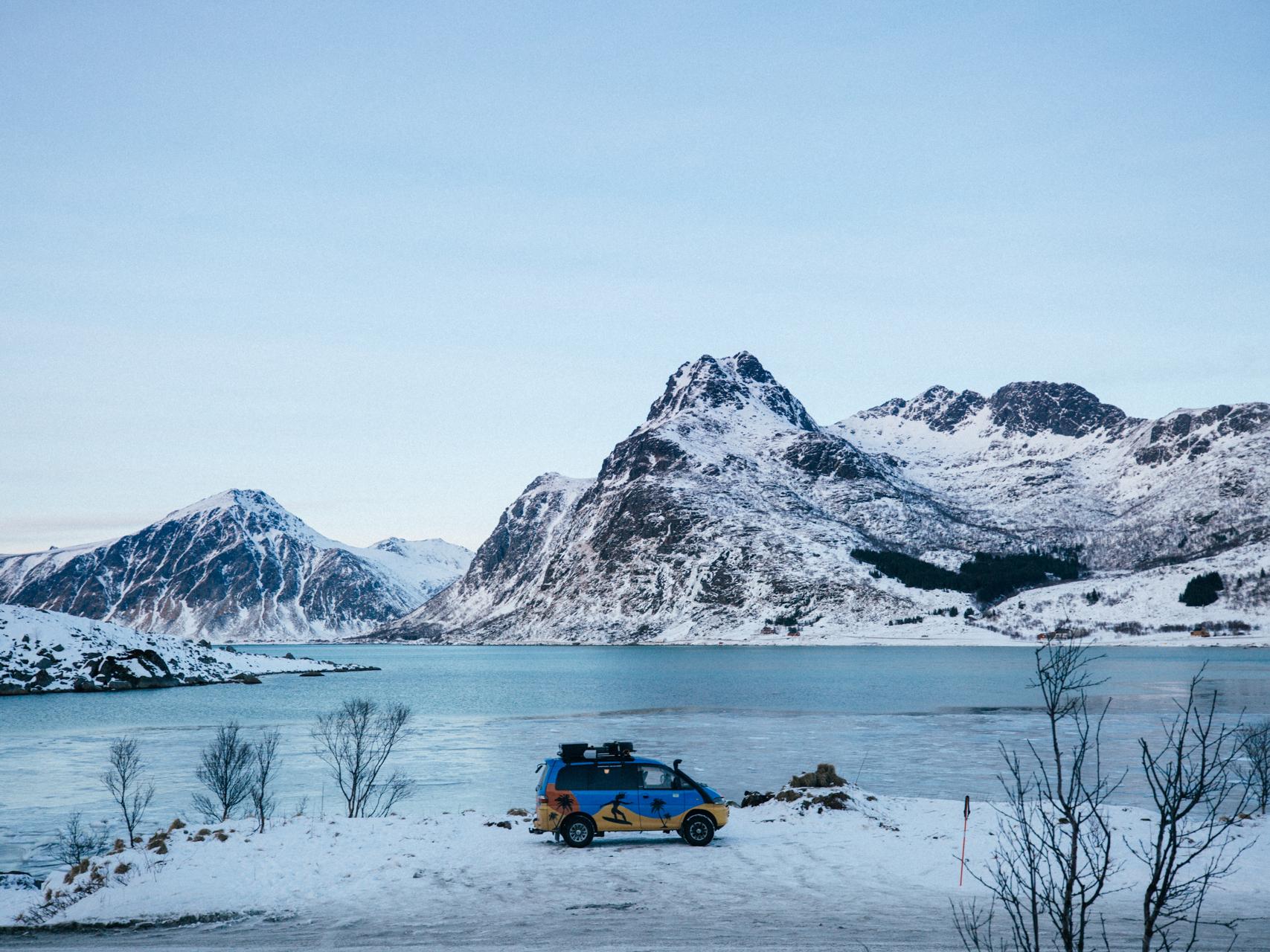 Idealne miejsce do obserwacji zorzy - z dala od miast, otwarta przestrzeń i fotogeniczna sceneria. No i można wjechać autem.