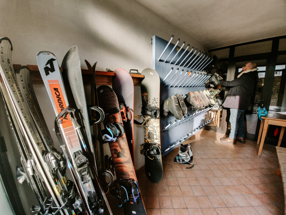 Przechowalnia nart w jednym z hoteli